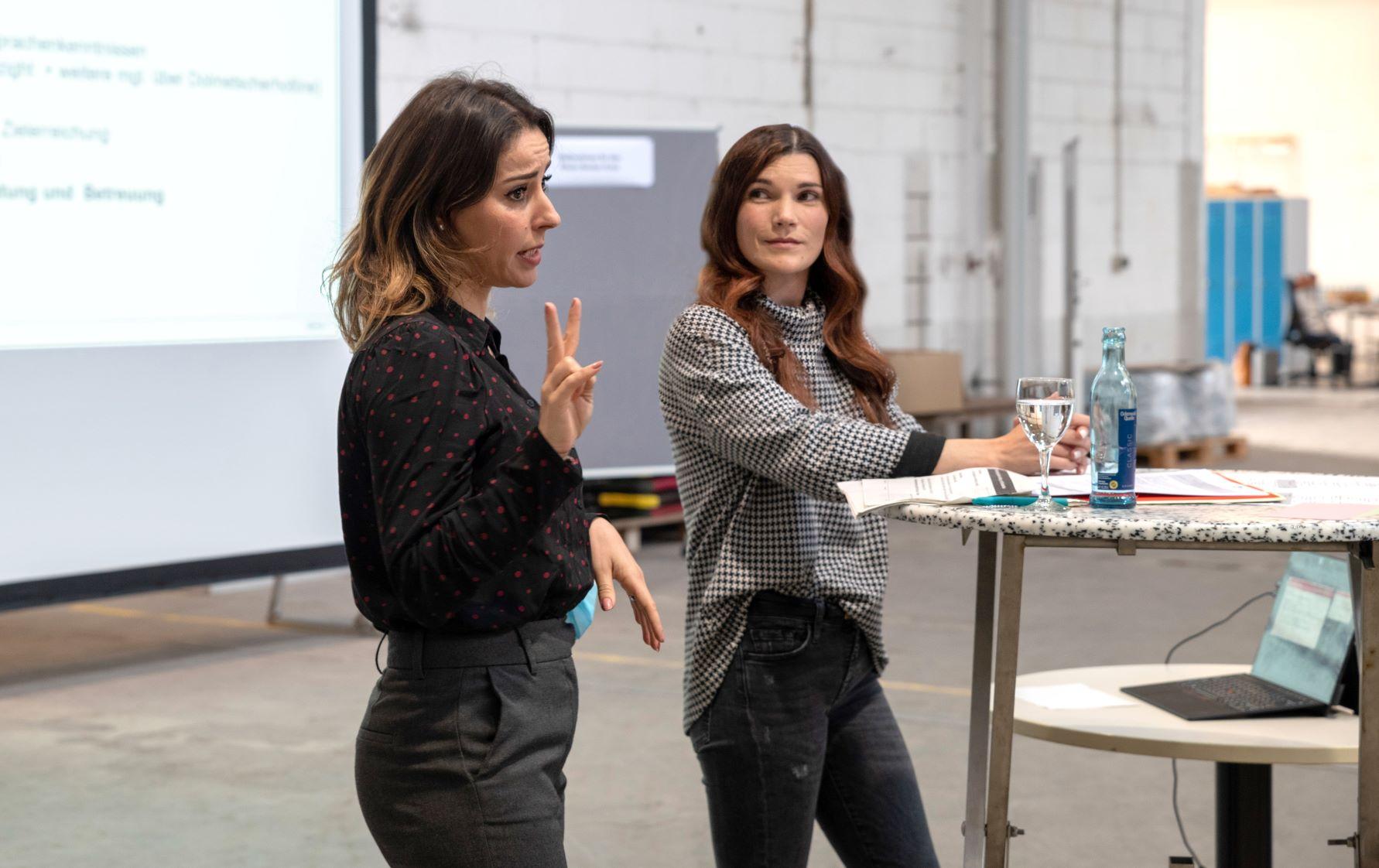 : Halima Tazaghdanti (Agentur für Arbeit) und Marlene Hoffmann (Jobcenter Rhein-Neckar-Kreis)